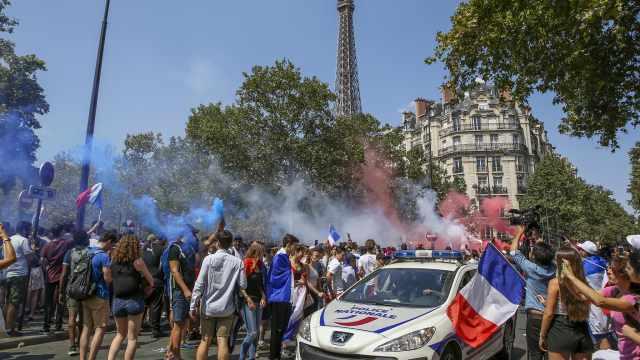 法国夺冠球迷暴动,防暴警察被逼退