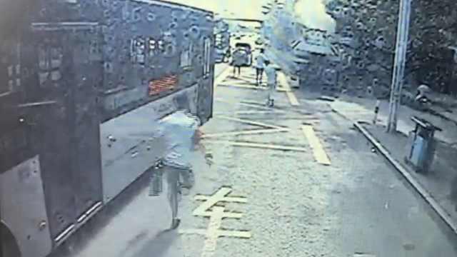 路遇吊车自燃,三名公交司机帮灭火