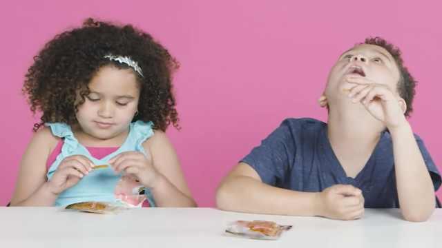 外国孩子尝试中国零食:辣条好辣!