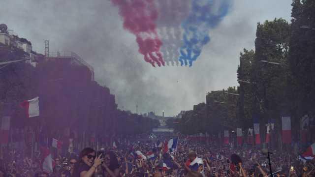 法国夺冠大巡游,警察急救严阵以待