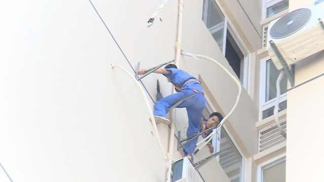 他们飞檐走壁,高温下安装空调送凉
