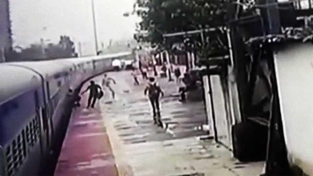 印度男子被车门夹住,众人合力救下