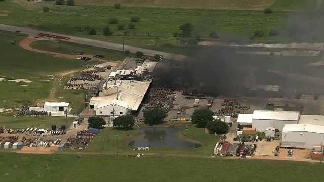 惊险!美国汽油厂爆炸,浓烟滚滚