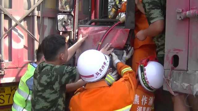 货车追尾半挂车,消防员拆车门营救