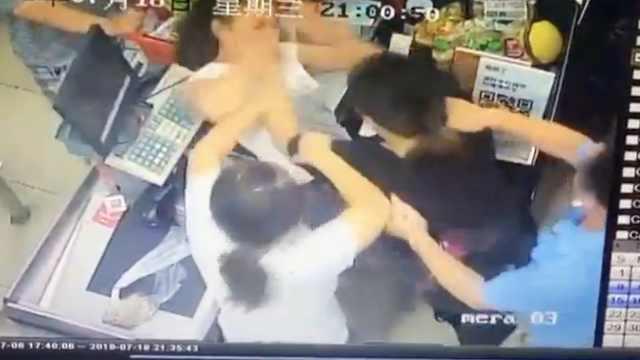 碰一下起纠纷,顾客收银员超市动手