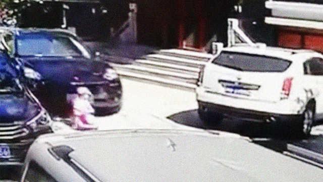 警惕!2岁男童小区内骑车玩耍被撞