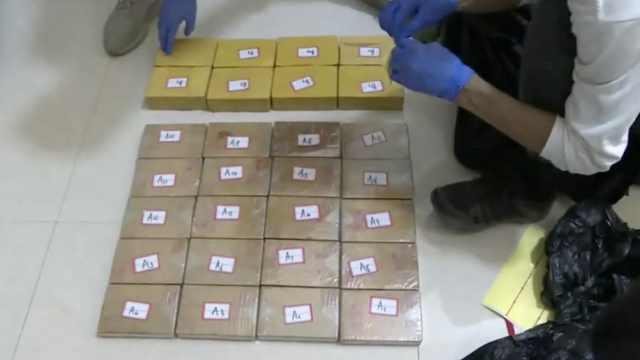 警方堵截毒贩,后备箱打开全是毒品