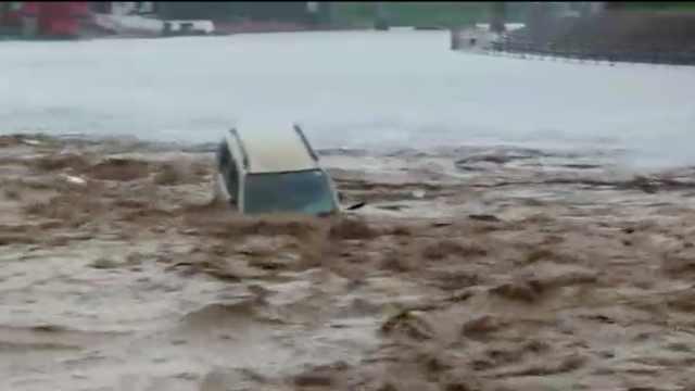 印度西北部遭特大暴雨,汽车满河漂