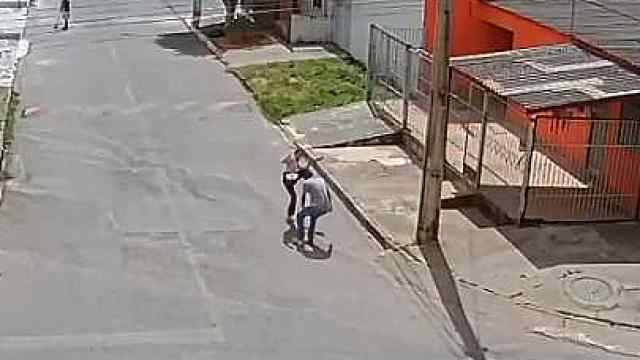 23岁女生遇持枪劫匪,柔道飞腿击退