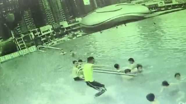 男孩溺水母亲无助,救生员箭步拽起