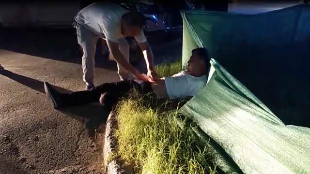 醉酒男子躺马路,见车就要钱