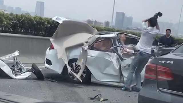 惨烈车祸现场,他竟怒打被困副驾驶