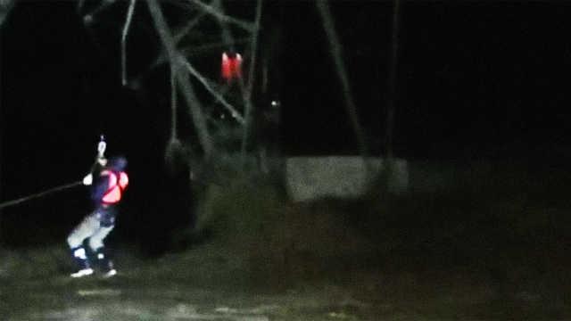 脚下山洪滚滚,8电力工人命悬铁塔