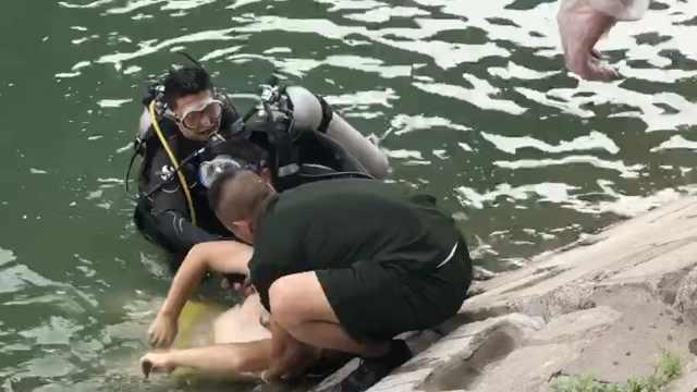 外卖小哥相约河边游玩,1人不幸溺亡