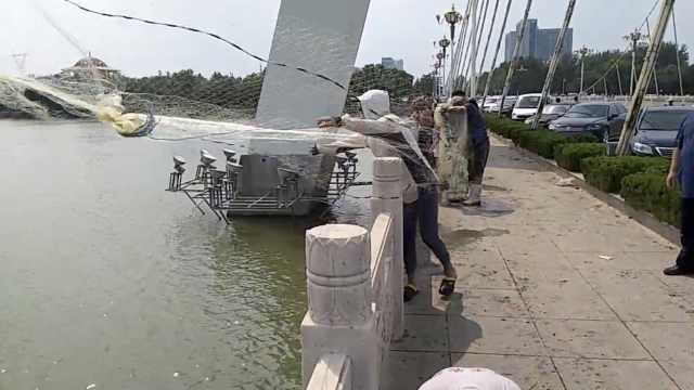 水库放水冲下鱼,有人百里外赶来捞