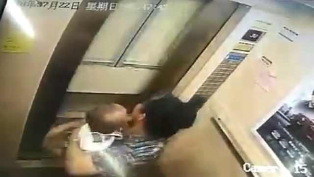 老太抱孙子被困电梯,救出后瘫倒
