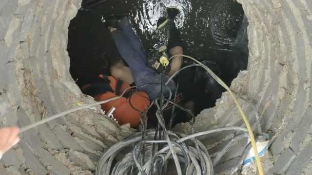 2工人被困污水井,消防搬风扇换气