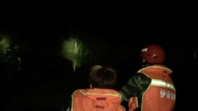 强降雨困7人,消防浸泡洪水中救援