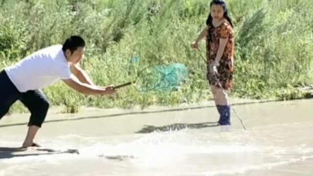 暴雨路面变池塘,市民徒手抓了1盆鱼