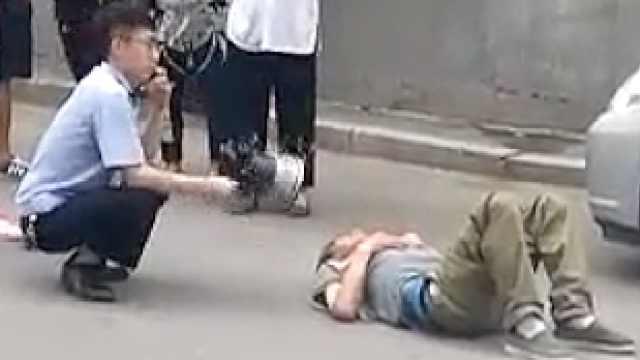 高温天老人晕倒,警察蹲地不停扇风