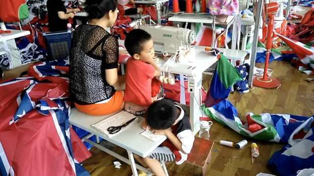 妈妈流水线上带娃,缝纫间隙教作业