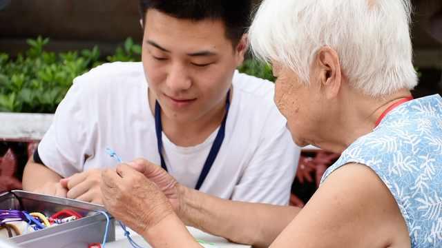 95后志愿者陪老人聊天:他们很孤独