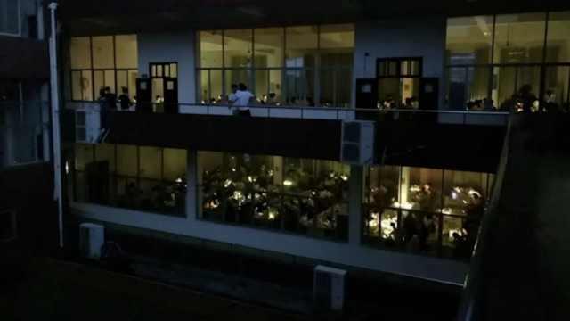 图书馆停电,数百学生手机照明复习