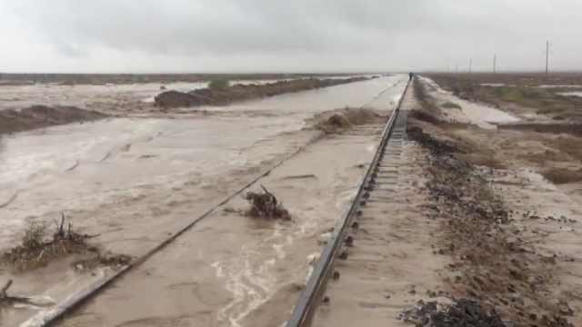 山洪暴发毁铁路,内蒙古2趟列车停运