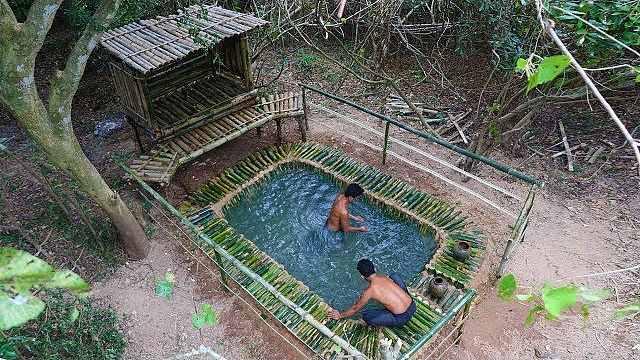 牛!两小哥徒手用竹子制作游泳池