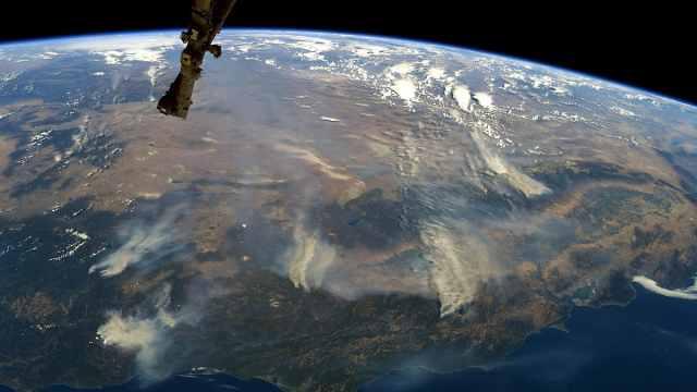 浓烟滚滚!NASA公布加州大火卫星照