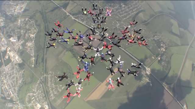 新纪录!19国57名女性完成同步跳伞