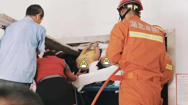 2女童随父送外卖,被电梯卡腿倒挂