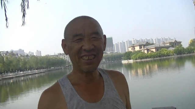 七旬大爷爬高上低给树理发:一年3次
