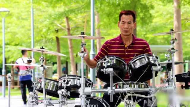 私企老总当街头鼓手:以前爱打麻将