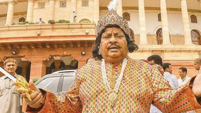 印度议员为抗议政府,换40套戏服