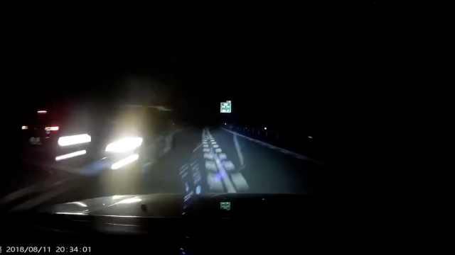 货车深夜高速逆行,对车吓得险失控