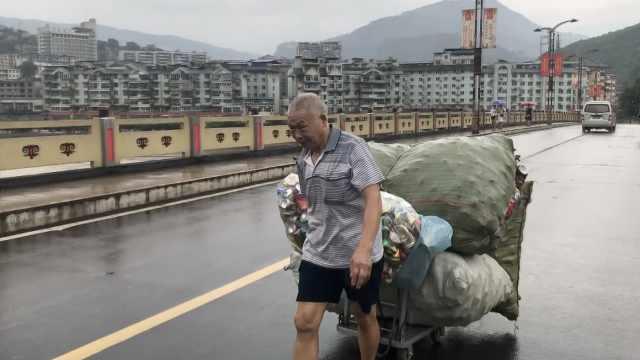 7旬夫妻淋雨卖废品:给孙辈买零食