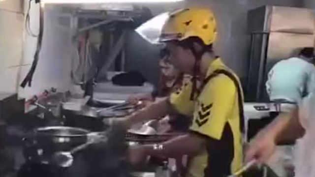 那个进厨房炒菜的外卖小哥怎么样了