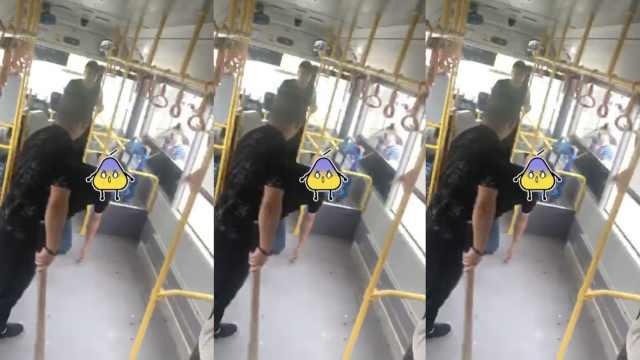 乘客拦公交并辱骂,遭司机挥棍威胁
