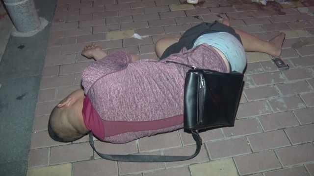 酒后倒路边,警察联系家人接回家