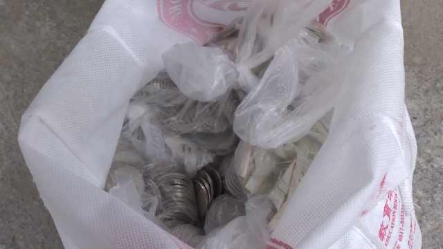 三十斤硬币落路边,环卫工拾金不昧