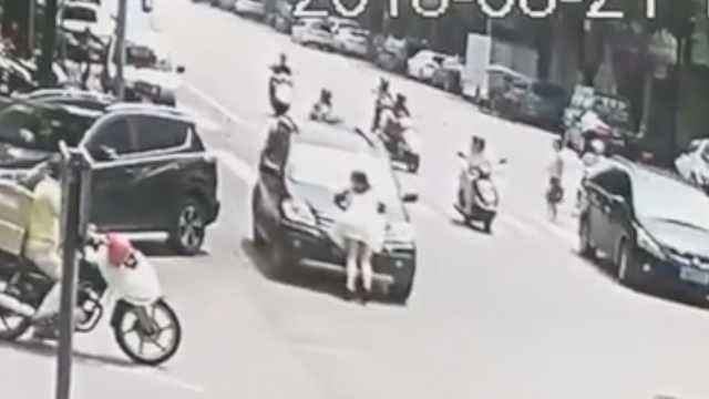 争吵后拦车,她趴引擎盖被推行200米