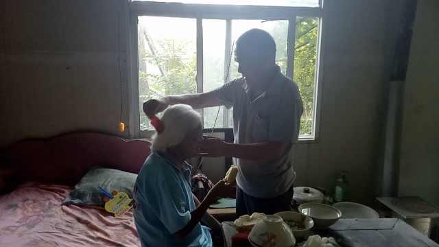 他把同村孤寡老人当娘,照顾30多年