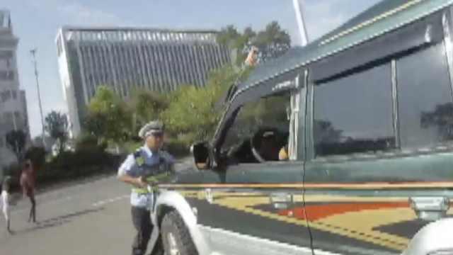为拦违停车,辅警趴车头被带着狂飙