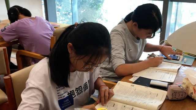 图书馆坐满初中生:开学前狂补作业