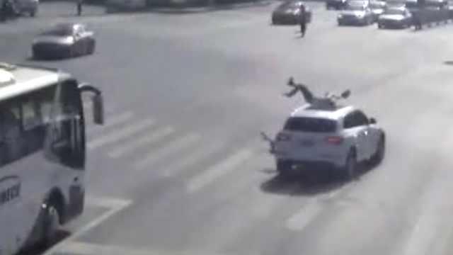 为啥?摩托男被轿车撞飞,负事故主责