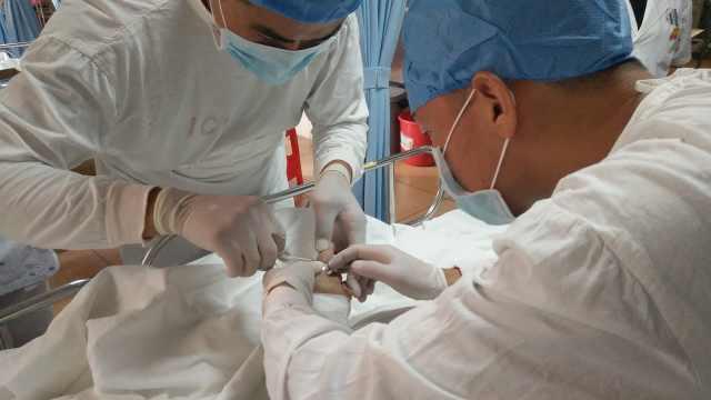 消防穿上白大褂,ICU室取被卡戒指