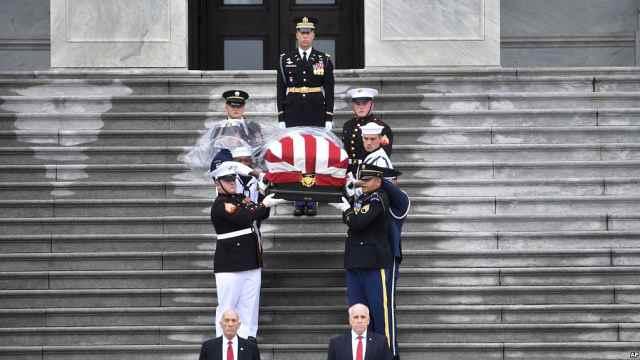 奥巴马小布什出席麦凯恩葬礼并讲话