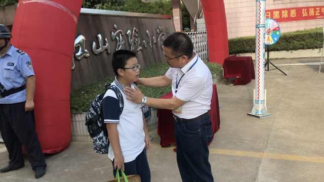 小学校长每天校门迎学生,一站10年