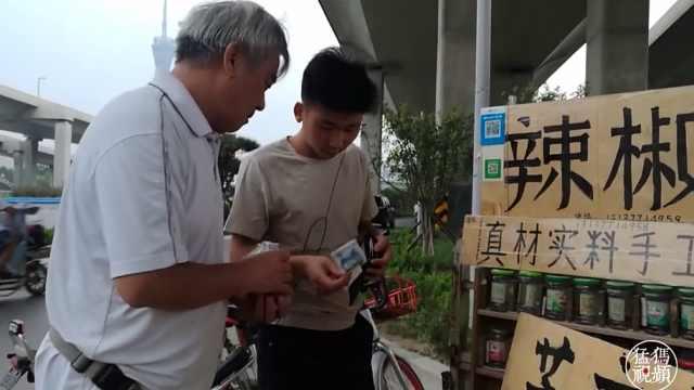 郑州六旬退休教师 卖自制辣椒酱